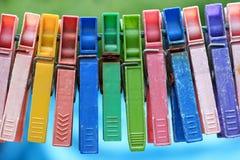 五颜六色的小组非常在绳索的老和使用的晒衣夹 免版税库存图片