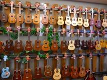 五颜六色的尤克里里琴和吉他 库存照片