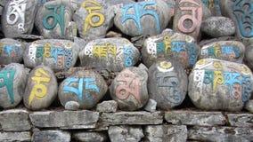 五颜六色的尼泊尔玛尼墙壁 免版税库存照片