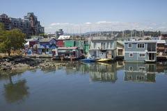 五颜六色的居住船在维多利亚,加拿大 免版税库存照片