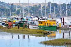 五颜六色的居住船在Sausalito加利福尼亚 免版税库存图片