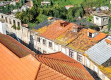 五颜六色的屋顶在港葡萄牙 免版税库存照片