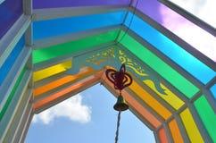 五颜六色的屋顶在蓝天下,在周末 免版税库存照片