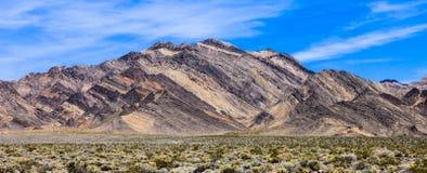 五颜六色的山在死亡谷 库存照片