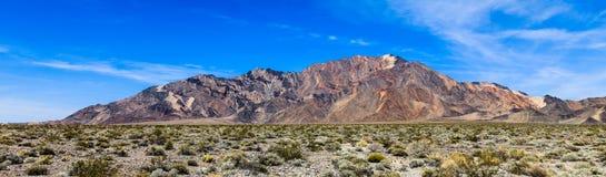 五颜六色的山在死亡谷 库存图片