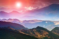 五颜六色的山日落 免版税库存照片