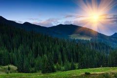 五颜六色的山日落 库存照片