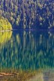 五颜六色的山湖风景视图  免版税库存图片