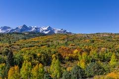 五颜六色的山风景在秋天 库存照片