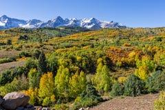 五颜六色的山风景在秋天 免版税库存图片