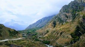 五颜六色的山风景在高加索 库存照片