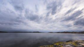 五颜六色的岩石在一多云天 免版税库存照片