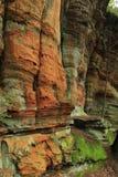 五颜六色的岩石墙壁 免版税库存图片