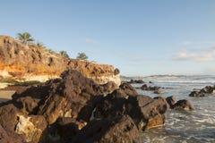 五颜六色的峭壁和黑岩石 免版税图库摄影
