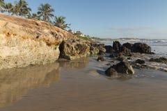 五颜六色的峭壁和黑岩石 免版税库存照片