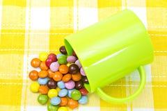 五颜六色的巧克力和杯子 图库摄影