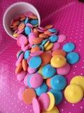 五颜六色的巧克力糖融解 免版税库存照片