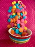 五颜六色的巧克力糖融解 免版税图库摄影