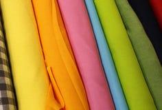 五颜六色的布料卷待售 免版税库存照片