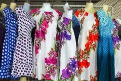 五颜六色的布料和裙子 免版税库存照片