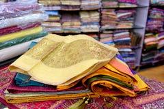 五颜六色的布料商店在印度 免版税库存图片