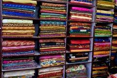 五颜六色的布料商店在印度 库存图片