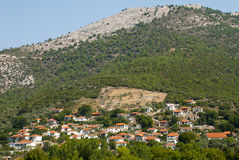 五颜六色的希腊山坡房子 免版税库存照片