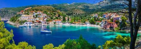 五颜六色的希腊系列-与美丽的海湾的五颜六色的Assos Kef 免版税库存照片