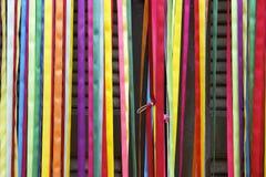 五颜六色的帷幕狂欢节丝带巴西人门 免版税库存照片