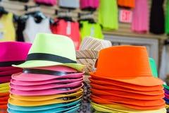 五颜六色的帽子在商店 库存照片