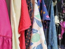 五颜六色的干燥衣裳在阳光下 图库摄影