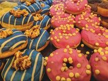 五颜六色的庆祝、早餐和点心的多福饼顶面装饰 免版税库存图片