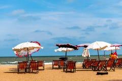 五颜六色的床和伞在一个热带海滩 免版税图库摄影