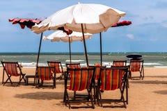 五颜六色的床和伞在一个热带海滩 库存照片