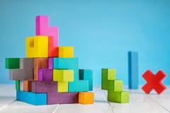 五颜六色的建设者,逻辑比赛,立方体马赛克 立方体创造的设计 库存照片