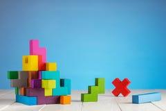 五颜六色的建设者,逻辑比赛,立方体马赛克 立方体创造的设计 图库摄影