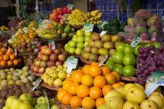 五颜六色的异乎寻常的水果市场摊位 库存图片