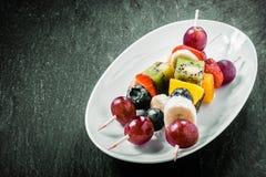 五颜六色的异乎寻常的果子kebabs 图库摄影