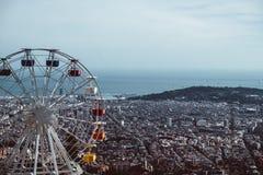 五颜六色的弗累斯大转轮天空蔚蓝背景的游乐场Tibidabo  免版税库存图片