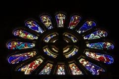 五颜六色的彩色玻璃窗在圆花窗里 库存图片