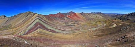 五颜六色的彩虹山关闭全景 免版税库存照片