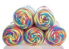 五颜六色的彩虹毛线部份金字塔丝球在白色堆积隔绝 免版税库存图片