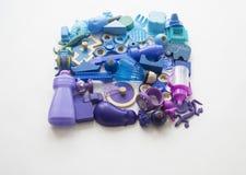 五颜六色的彩虹玩具熊行  许多个孩子玩具彩虹颜色 孩子在白色背景的玩具框架 顶视图 平的位置 图库摄影