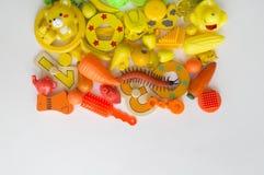 五颜六色的彩虹玩具熊行  许多个孩子玩具彩虹颜色 孩子在白色背景的玩具框架 顶视图 平的位置 库存照片