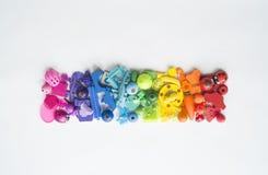 五颜六色的彩虹玩具熊行  许多个孩子玩具彩虹颜色 孩子在白色背景的玩具框架 顶视图 平的位置 库存图片