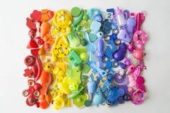 五颜六色的彩虹玩具熊行  许多个孩子玩具彩虹颜色 孩子在白色背景的玩具框架 顶视图 平的位置 免版税库存照片