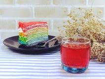 五颜六色的彩虹蛋糕和果汁 免版税库存图片