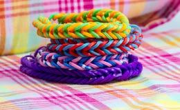 五颜六色的彩虹织布机镯子橡皮筋儿时尚关闭 免版税库存图片