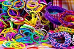 五颜六色的彩虹织布机镯子橡皮筋儿时尚 免版税库存图片