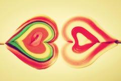 五颜六色的心形的甜棒棒糖 免版税图库摄影